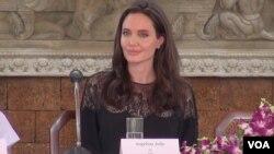 តារានិងអ្នកដឹកនាំរឿងហូលីវូដ ដ៏ល្បីល្បាញ លោកស្រី Angelina Jolie អង្គុយក្នុង វេទិការសន្និសីទសារព័ត៌មានស្តីពីការដាក់បញ្ចាំងខ្សែភាពយន្តរឿង «មុនដំបូងខ្មែរក្រហមសម្លាប់ប៉ារបស់ខ្ញុំ»នាខេត្តសៀមរាបក្នុងថ្ងៃទី ១៨ខែកុម្ភៈឆ្នាំ២០១៧។ (នៅ វណ្ណារិន/VOA)