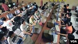 Pengguna internet Tiongkok di sebuah warnet di Beijing (foto: dok). Pemerintah Tiongkok mengatakan, penyensoran internet adalah urusan dalam negeri Tiongkok.
