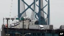 Camiones cruzan el Puente Ambassador desde Windsor, Ontario, hacia Detroit, Michigan. Junio 12, 2018.