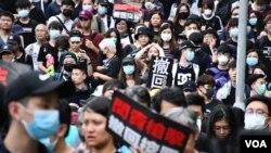 包圍特首辦的示威者大部分是年輕人及學生,部分人高舉標語。(美國之音湯惠芸拍攝)