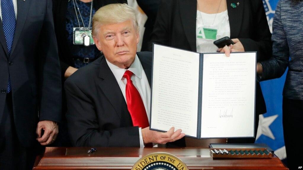 Tổng thống Mỹ Donald Trump cầm sắc lệnh cải thiện an ninh biên giới và thực thi di trú