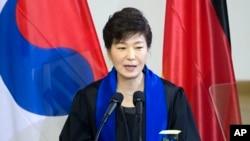 박근혜 한국 대통령이 지난 3월 독일 드레스덴에서 남북 협력과 통일 계획을 담은 '드레스덴 구상'을 발표하고 있다.
