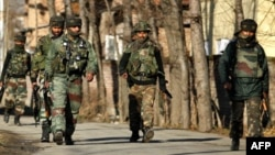 Binh sĩ Ấn Ðộ tuần tra tại Kashmir.