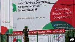 Seorang tentara Indonesia berdiri di luar lokasi Konferensi Asia Afrika di Jakarta, Indonesia, 19 April 2015.