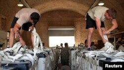 امریکی فوجی طیارے جبلِ سنجار پر پھنسے ہوئے پناہ گزینوں کے لیے روز کی بنیاد پر فضا سے امدادی سامان گرا رہے ہیں