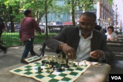 Michael Walters, warga New York yang gemar bermain catur di taman kota, mengaku senang dengan adanya larangan merokok.