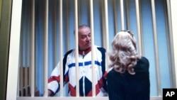 谢尔盖·斯科利帕在铁窗后与律师交谈。(2006年8月9日 :资料照)