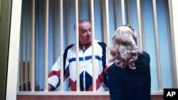 斯科利帕在鐵窗後與律師交談。(2006年8月9日 :資料圖片)