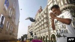 """Молитва перед портретами полицейских погибших во время террористического нападения на отель """"Тадж-Махал"""" в Мумбае"""