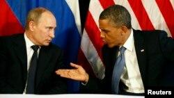 Rossiya prezidenti Vladimir Putin (chapda) va AQSh rahbari Barak Obama Meksikada o'tgan xalqaro yig'inda o'zaro suhbatlashmoqda, Los-Kabos, Meksika, 18-iyun, 2012-yil.