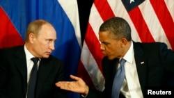 지난 해 멕시코 G-20 정상회담에서 만나 대화를 주고 받는 오바마 대통령과 푸틴 대통령 (자료사진)