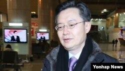 6자회담 수석대표인 황준국 외교부 한반도평화교섭본부장이 4일 중국 베이징으로 출국하기 위해 서울 김포공항 출국장으로 향하고 있다.