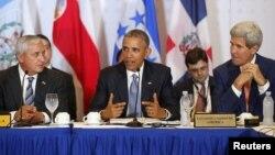 Tổng thống Barack Obama (giữa), bên cạnh là Tổng thống Guatemala Otto Perez Molina (trái) và Ngoại trưởng Hoa Kỳ John Kerry (R), phát biểu khi ông gặp các tổng thống những quốc gia thuộc Hệ thống Hòa nhập Trung Mỹ SICA ở Panama, 10/4/2015.