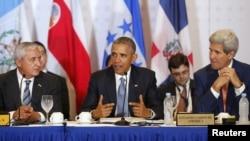 El presidente Obama, centro, junto al secretario de Estado, John Kerry, derecha, y el presidente de Guatemala Otto Pérez Molina durante la reunión con mandatarios de Centroamérica en la Cumbre de Panamá.