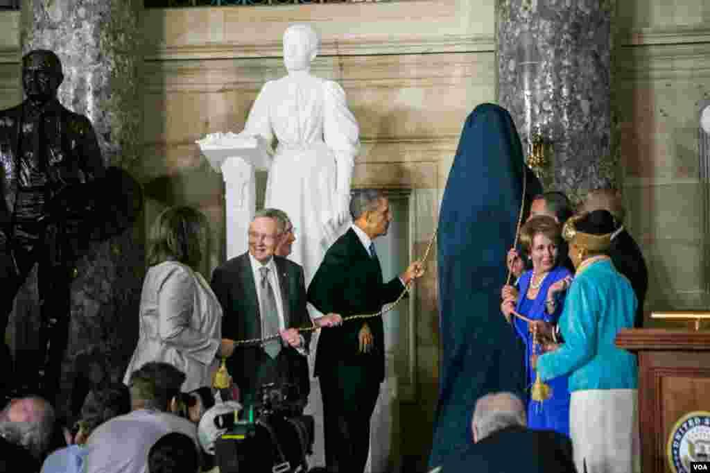 美國總統奧巴馬為羅莎.帕克斯銅像揭幕