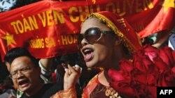 Nhà hoạt động Bùi thị Minh Hằng tham gia trong một cuộc biểu tình phản đối Trung Quốc ở Hà Nội năm 2011