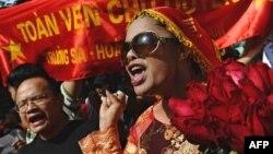 Nhà hoạt động Bùi thị Minh Hằng tham gia cuộc biểu tình chống Trung Quốc ở Hà Nội, 24/7/11