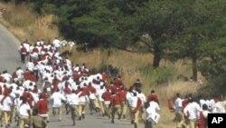Wanafunzi wa shule ya sekondari ya Tosamaganga, mkoani Iringa wakikimbia baada ya kufyetuliwa mabomu ya kutowa machozi na polisi