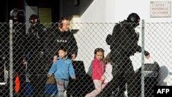 Một đơn vị cảnh sát đặc biệt Pháp vào trường và điều đình với thiếu niên này cho tới khi đương sự đầu hàng