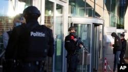 Polisi berpatroli saat berlangsungnya persidangan terhadap empat orang, termasuk seorang diplomat Iran dan pasangan Belgia-Iran di gedung pengadilan di Antwerp, Belgia, Kamis, 4 Februari 2021.