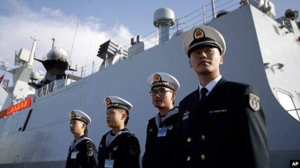 Tư liệu - Hải quân Trung Quốc đứng trước tàu Đại Khánh ở San Diego. Trung Quốc đã bổ nhiệm cựu chỉ huy Hạm đội Nam hải Thẩm Kim Long làm tân tư lệnh hải quân nước này.