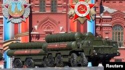 Moskova'da geçit törenine katılan S-400 seyyar rampaları