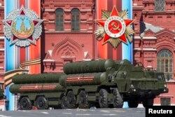 지난 2016년 러시아 모스크바 붉은 광장에서 열린 2차대전 승전 71주년 기념 열병식에 S-400 방공 미사일이 등장하고 있다.