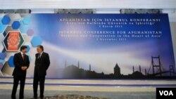 Menlu Turki Ahmet Davutoglu (kiri) dan Menlu Afghanistan Zalmay Rasoul di Konferensi untuk Afghanistan di Istanbul, Turki (2/11).
