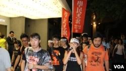 香港学联、学民思潮代表在8月31日占中抗命集会上