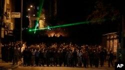 Para demonstran berhadapan dengan polisi Turki saat berunjuk rasa memprotes kematian Ahmet Atakan di Hatay, Turki (11/9). Atakan, 22 tahun, dilaporkan tewas dalam aksi demo di Hatay, Minggu malam, 8 September 2013 yang lalu.