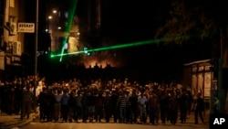 Người biểu tình tiến về phía cảnh sát trong cuộc đụng độ tại Hatay, Thổ Nhĩ Kỳ, ngày 11/9/2013.
