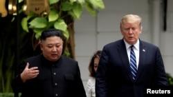资料照:美国总统特朗普2019年2月28日在河内举行美朝第二次峰会时会晤朝鲜领导人金正恩。