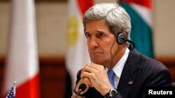 John Kerry listens écoutant des commentaires sur la crise en Syrie
