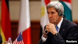 U.S. Secretary of State John Kerry listens to remarks at a meeting on Syria in Amman, May 22, 2013. REUTERS/Jim Young (JORDAN - Tags: POLITICS) - RTXZX1Y