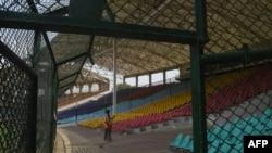 Seorang pekerja membersihkan area tempat duduk Stadion National Kriket di Karachi, 23 September 2019, menjelang pertandingan kriket antara Pakistan dan Sri Lanka yang dijadwalkan akan berlangsung pada 27 dan 29 September serta 3 Oktober mendatang. (Foto: dok).