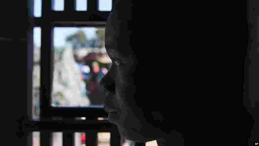 Un enfant regarde de l'intérieur d'un magasin appartenant à un immigrant pillé par un groupe de Xénophobes jeudi 16 avril à Germiston, près de Johannesbourg.