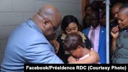 Président Félix Tshisekedi elongo na molongani wa ye Denise Nyakeru na libota ya moko ya basungi ba ye babungi na likama ya Antonov 72, na Kinshasa, RDC, 15 octobre 2019. (Facebook/Présidence RDC)