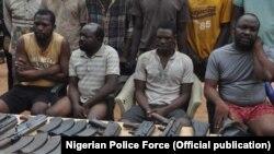 Des suspects ont avoué avoir fourni des fusils AK47 et d'autres armes et munitions à des groupes de la milice, des bandits armés et d'autres criminels dans les États de Taraba et Benue, 9 mai 2018.