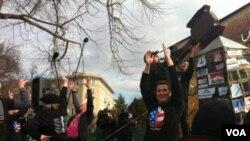 Los manifestantes se reuniieron al mediodía frente a la Corte Suprema en Washington.