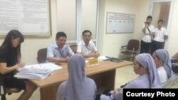 Các quan chức UBND quận Hoàn Kiếm làm việc với quý soeurs (Ảnh: Truyền Thông Thái Hà)