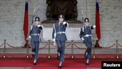 卫兵在台北中正纪念堂举行卫兵交接仪式 (2016年1月17日)