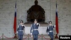 Đội quân danh dự trước đài tưởng niệm Tưởng Giới Thạch tại Đài Bắc, Đài Loan, ngày 17/1/2016.