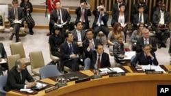 中国常驻联合国代表李保东(中)在安理会中就叙利亚问题表决(2011年10月5号资料照)。