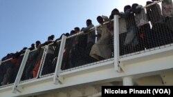 地中海上海救出的移民在意大利等候走下西班牙船只