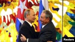 푸틴 대통령이 11일 쿠바의 라울 카스트로 국가평의회 의장을 만나 포옹하고 있다.