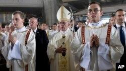 Paus Fransiskus (tengah) memimpin misa di Krakow, Polandia hari Sabtu (30/7).