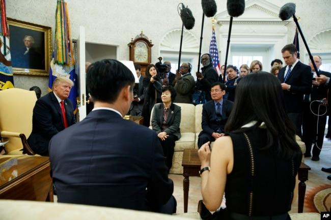 2일 미국 백악관에서 열린 도널드 트럼프 대통령과 탈북민들과의 만남을 기자들이 취재하고 있다.