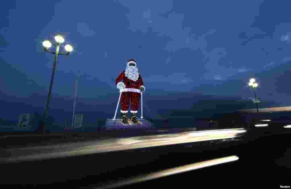 Pai Natal gigante faz parte das decorações de Natal na cidade francesa de Nice.