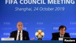國際足協主席因凡蒂諾(左)和首席傳播官考斯塔於2019年10月24日出席在中國上海舉行的國際足協理事會會議。