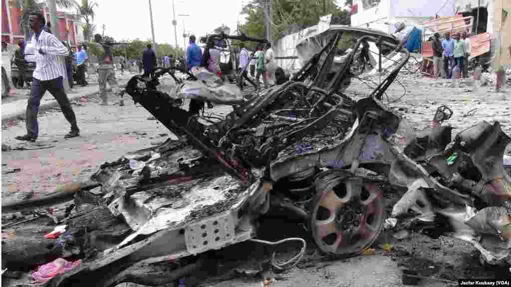 Moja kati ya magari yaliyokua na bomu lililolipuliwa mbele ya hoteli Sahafi, Mogadishu